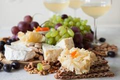 Käseplatte diente mit Trauben, Stau, kurierte Melone, Cracker und Lizenzfreies Stockbild