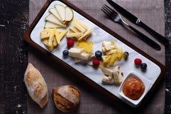 Käseplatte mit Birne, Beeren und Stau lizenzfreie stockbilder