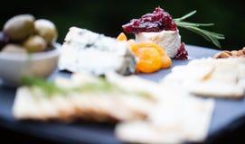 Käseplatte mit Frucht und Crackern Lizenzfreie Stockfotos