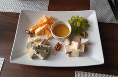 Käseplatte in wenigem russischem Café Stockbild