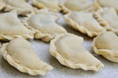 Käseraviolilüge auf dem Küchentisch Stockbild