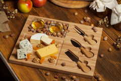 Käseservierplatte mit verschiedenen Käsen Stockfoto