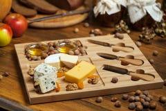 Käseservierplatte mit verschiedenen Käsen Stockbild