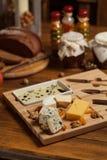 Käseservierplatte mit verschiedenen Käsen Stockfotos