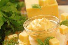Käsesoße im Glas Stockfoto