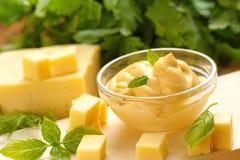 Käsesoße im Glas Stockfotografie