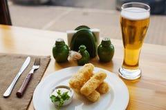 Käsestöcke mit Bier lizenzfreie stockfotos