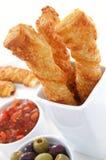 Käsestrohe mit Oliven und Salsa Lizenzfreies Stockfoto