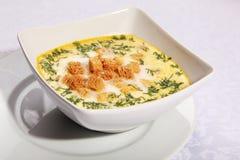 Käsesuppe mit Croutons lizenzfreies stockfoto