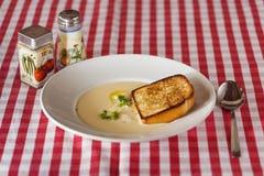 Käsesuppe mit Croutons und Kräutern auf dem Tisch Stockfotos
