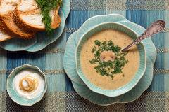 Käsesuppe mit frischem Brot und Soße Stockfoto