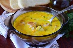 Käsesuppe mit geräuchertem Huhn, Kartoffel und Creme stockbilder