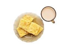 Käsetorte und eine Tasse Tee mit Milch Stockbild