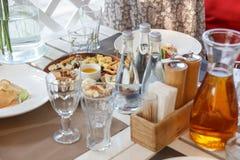 Käsevielzahl, Honig, Olivenöl und Crackerkekse lizenzfreies stockfoto