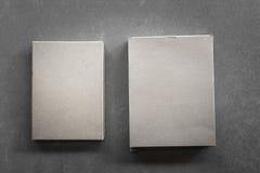 Kästen auf einem grauen Hintergrund lizenzfreie stockbilder