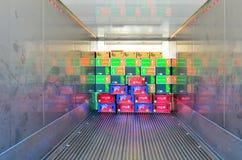 Kästen in einem Kühlcontainer Stockbild