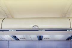 Kästen für Handgepäck im Flugzeug Lizenzfreies Stockbild