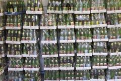 Kästen mit Flaschen Wasser für Ihr Hintergrundbild Lizenzfreie Stockbilder