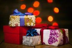 Kästen mit Geschenken mit Lichtern im Hintergrund Lizenzfreies Stockbild
