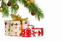 Kästen mit Geschenken unter einem Weihnachtenc$pelzbaum Stockfotografie