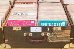 Kästen mit Vinyldrehscheibenaufzeichnungen auf einer Flohmarkt Stockbild