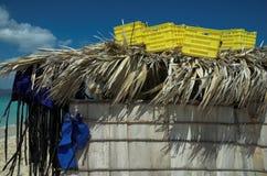 Kästen und Schwimmwesten oben auf eine Strohhütte Stockfotografie