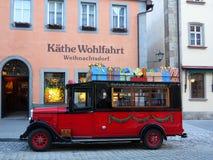 Käthe Wohlfahrt圣诞节商店和公共汽车  免版税图库摄影