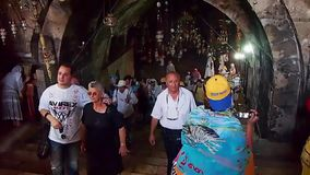 Käufer auf schmaler Straße in altem Jerusalem, Israel stock video
