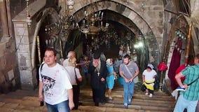 Käufer auf schmaler Straße in altem Jerusalem, Israel stock footage