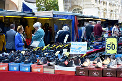Käufer auf Straßenmarkt können unter Verwendung ihrer Kreditkarten zahlen Stockfotografie