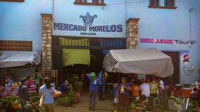 Käufer bei Mercado Morelos in Ocotlan, Oaxaca lizenzfreie stockbilder