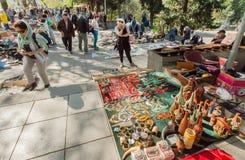 Käufer der Flohmarkts, die choise zwischen Retro- Andenken, Geräten und Weinlesemöbeln macht Stockbild