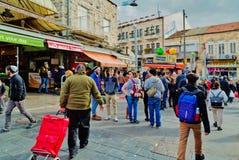Käufer an der Front von Markt Mahane Yehuda in Jerusalem Lizenzfreies Stockfoto