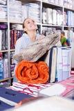 Käufer der jungen Frau, der mehrfache Einzelteile kauft Stockbilder