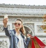 Käufer der jungen Frau in Paris, Frankreich, das selfie mit Telefon nimmt Lizenzfreies Stockfoto