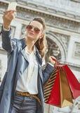 Käufer der jungen Frau in Paris, Frankreich, das selfie mit Telefon nimmt Lizenzfreies Stockbild