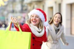 Käufer, die im Weihnachten auf der Straße kaufen lizenzfreie stockfotos