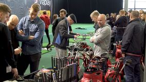 Käufer, die verschiedene Golfclubs im Golfgeschäft prüfen stock video