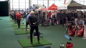 Käufer, die verschiedene Golfclubs im Golfgeschäft prüfen stock video footage