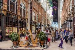 Käufer am Einkaufssäulengang Lizenzfreies Stockfoto