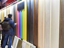 Käufer im Bau kaufen in der Abteilung von hölzernen Farbplatten Stockfoto