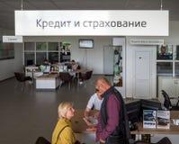Käufer im ` Kredit und Versicherung ` Abteilung des Auto-Vertragshändlers Stockfotos