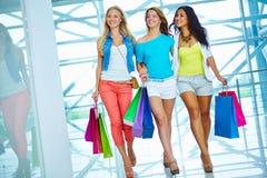 Käufer im Mall Stockfotos