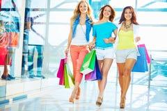Käufer im Mall Lizenzfreies Stockfoto