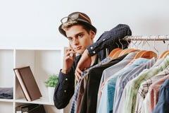 Käufer mit dem Telefon Stockfoto