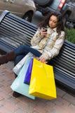 Käufer mit Handy Stockfoto