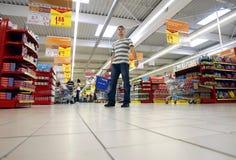 Käufer am Supermarkt stockbild