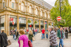 Käufer und Touristen, die um Harrogate-Stadtzentrum wandern Lizenzfreies Stockfoto
