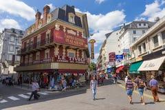 Käufer und Touristen wandern die Stadtmitte in Lourdes Lizenzfreie Stockfotografie