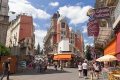 Käufer und Touristen wandern die Stadtmitte in Lourdes Stockbild